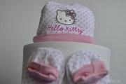 Tartas de pañales y canastillas Hello kitty con regalitos para el recién nacido