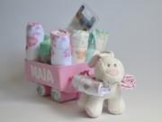 Tarta carrito de pañales original repleto de detalles para el bebé