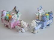 Tartas, canastillas o cestas de pañales, es un carro con regalos en su interior para el bebé