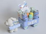 Tarta carrito de pañales con regalos personalizados para el bebé