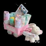 Tarta de pañales original con forma de carrito con regalos en su cesta